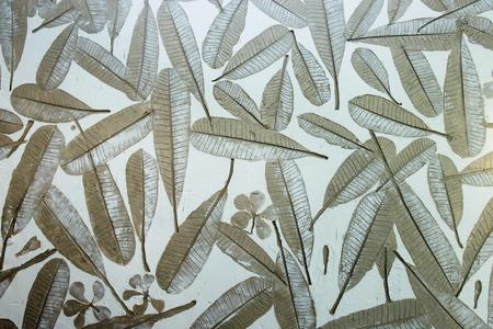 Nahtloses Muster der tropischen Blätter auf gemaltem Hintergrund.