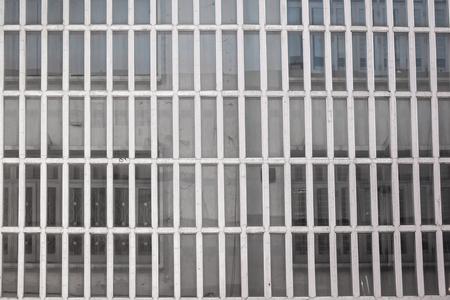 Exterior de la oficina con la pared de cristal