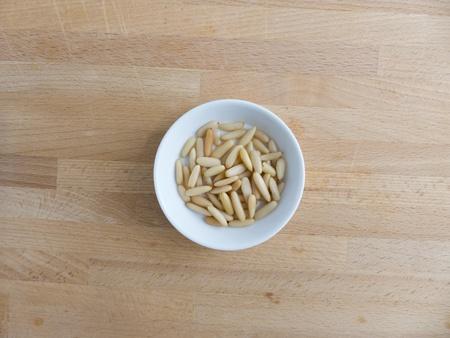 pignons de pin: Les noix de pin dans un bol sur le bois
