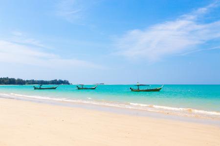 arena blanca: Playa de arena blanca y los barcos con el cielo azul. Foto de archivo