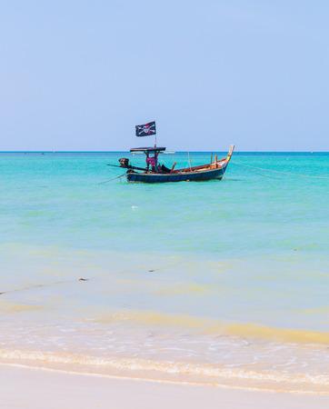 arena blanca: Playa de arena blanca y el barco pirata en el cielo azul.