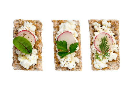 crispbread: Crispbread variation with cottage cheese radishes and herbs