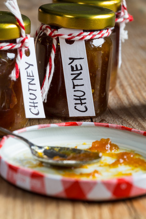 chutney: Cebolla pi�a salsa picante en la madera r�stica. Foto de archivo