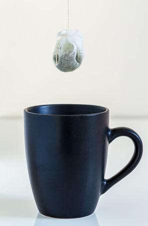sachets: Bolso de t� se cuelga en una taza.