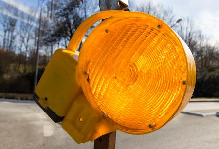 거리 매크로에 노란색에서 트래픽 경고 램프. 스톡 콘텐츠