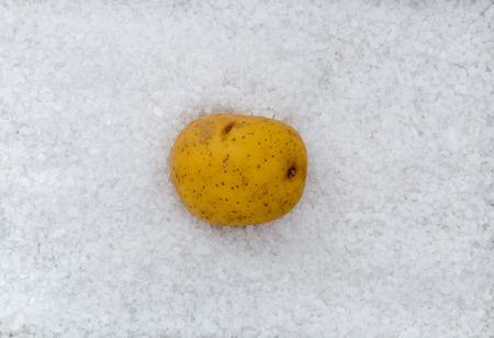 sel: Potato macro as background with salt.