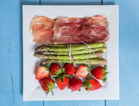 covenant: Green asparagus with ham and strawberries.