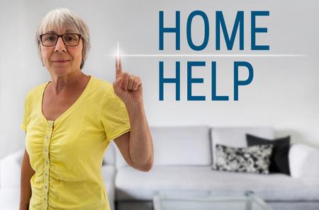 aide a domicile: aide � domicile �cran tactile est repr�sent� par femme senior.