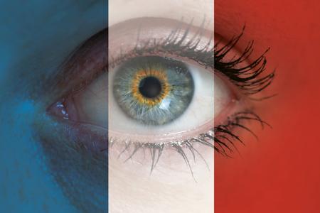 bandera francia: El ojo mira a trav�s de la bandera de Francia el concepto de fondo macro. Foto de archivo