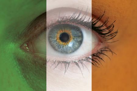 bandera irlanda: El ojo mira a trav�s de irlanda bandera blanco concepto macro.