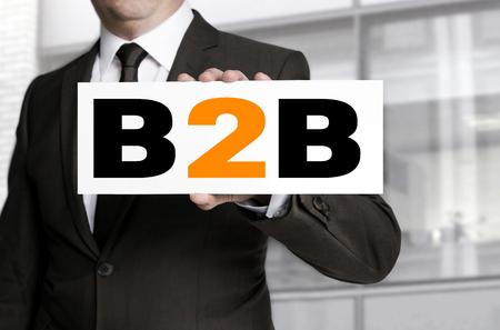 b2b: b2b se�al se lleva a cabo por concepto de hombre de negocios. Foto de archivo
