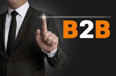 b2b: B2B pantalla táctil es operado por concepto de hombre de negocios.