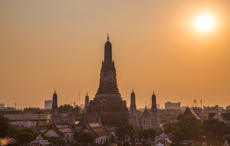 wat arun: Wat Arun Temple bangkok Thailand at sunset.