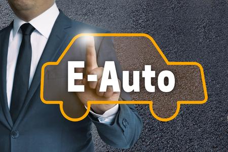 e auto touchscreen wordt beheerd door zakenman concept.