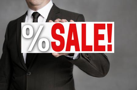 Verkaufstafel wird vom Geschäftsmann gehalten. Standard-Bild - 82201895