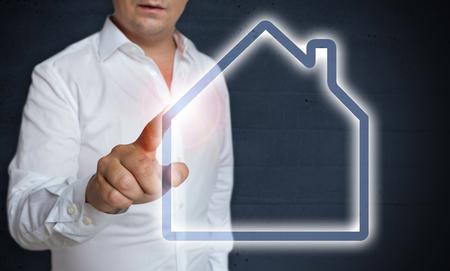 House touchscreen wordt beheerd door man concept. Stockfoto - 95294517