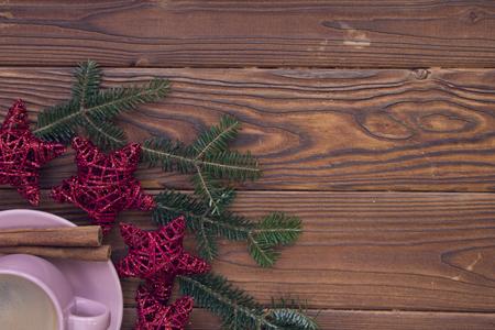 Kerstmis rustieke houten achtergrond met sparrentakken en koffie