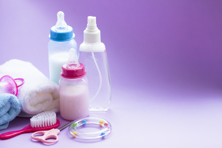 Newborn baby story. Towels and children's toys, scissors, baby bottle, nipple, hairbrush on white background. Top view 스톡 콘텐츠