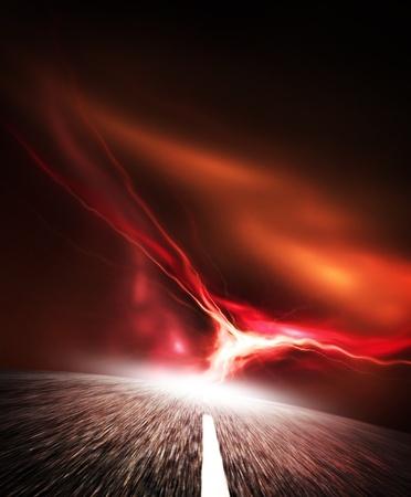 フラッシュと夜道路空