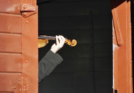 Oude wagen en violist