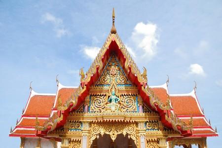 Ventanas de arcos con diseños ornamentales talladas en el templo de oro de la arquitectura tailandesa.  Foto de archivo - 7304687