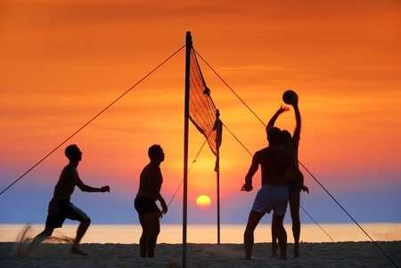 pelota de voleibol: silueta juego de voleibol de playa. Sunset tiempo
