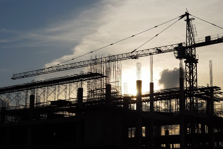 edificio industrial: La gr�a de construcci�n en la puesta del sol