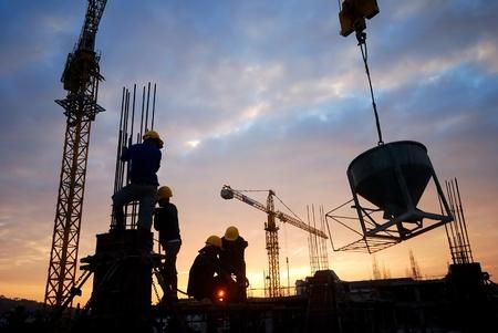 andamio: silueta de constructionworker en constructionsite Foto de archivo