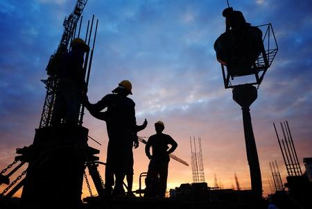 ouvrier: silhouette de travailleur de la construction sur le chantier de construction