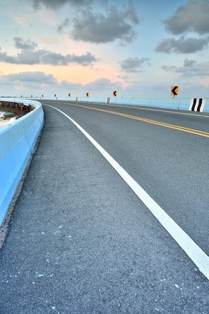 lejos: camino asfaltado a la vertical en el cielo nublado