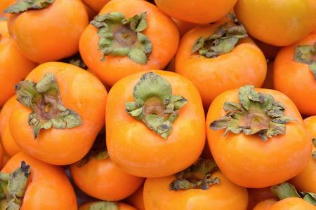 persimmon: Fruta del caqui en el mercado de los agricultores Foto de archivo