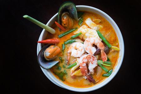 hot asian: Tom Yum суп Том Ям пряный бульон типичный в Таиланде, тайское блюдо кухни.