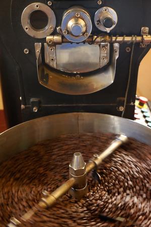 frijoles: Granos de café en la máquina de asar Foto de archivo