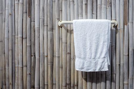 toalla: toalla blanca que cuelga en la pared de fondo de bambú