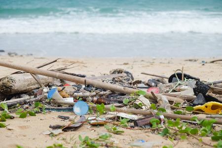 basura: Basura sucio en la playa hace que la contaminación ambiental