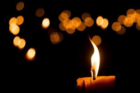 로맨스: 어두운 배경에 나뭇잎 밤에 하나의 촛불 불꽃 빛