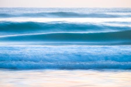 Vagues bleues de l'océan rompant un fond naturel