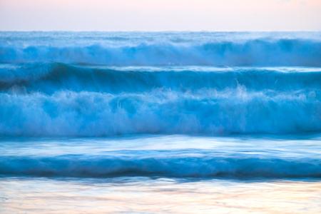 playas tropicales: olas azules del mar rompiendo fondo natural