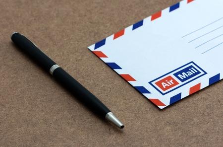 envelope on wooden background Zdjęcie Seryjne