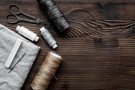 바느질 도구, 스레드,가 위 취미 나무 책상 배경 텍스트를위한 공간