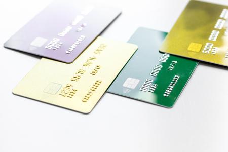 zaken met creditcards op bureau witte achtergrond dicht omhoog
