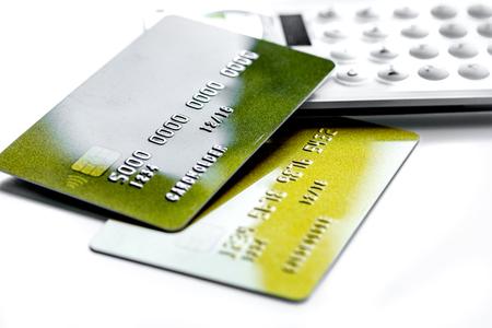 zaken met creditcards op calculatorbureau witte dichte omhooggaand als achtergrond Stockfoto