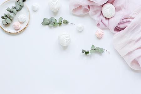 Doux marsh-mallow et fleurs de printemps sur femme blanc fond de bureau vue de dessus maquette Banque d'images - 79094095