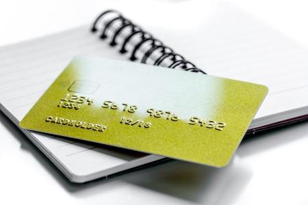 creditcards voor zakelijke betalingen op notebook voor werk op witte office bureau achtergrond close-up