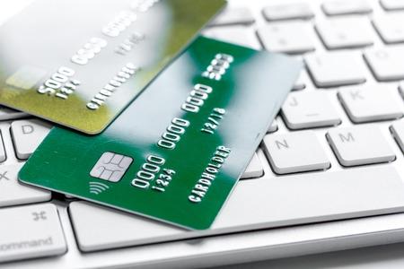 creditcards voor bedrijfsbetalingen op toetsenbord voor het werk aangaande witte bureau dichte omhooggaand als achtergrond
