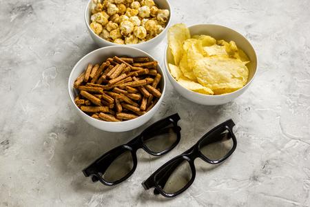 映画館、メガネ、パン粉、チップ、ポップ コーンとテレビ観ること石の背景