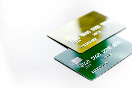 creditcards voor zakelijke betalingen voor werk op witte office bureau achtergrond close-up Stockfoto