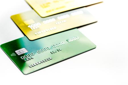 zaken met creditcards voor betaling op kantoor bureau witte achtergrond close-up