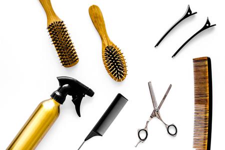 Equipo de peluquería profesional en la vista superior de fondo blanco. Foto de archivo