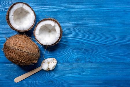 comida de coco fresco y cuchara de madera en el fondo azul vista superior mesa maqueta